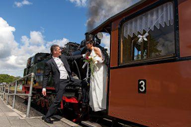 """Hochzeitspaar am """"Rasenden Roland"""""""