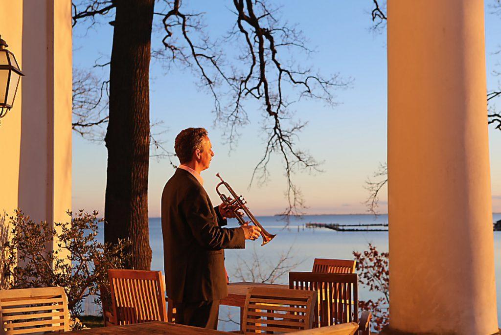Trompeter auf Terrasse