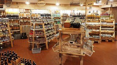 Regale im Verkaufsraum des Bauernmarktes