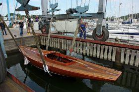 Boot wird zu Wasser gelassen