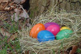 Bunte Eier im Osternest