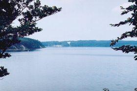 Blick zum Schloss Ralswiek vom Rundweg durch den Waldpark Semper